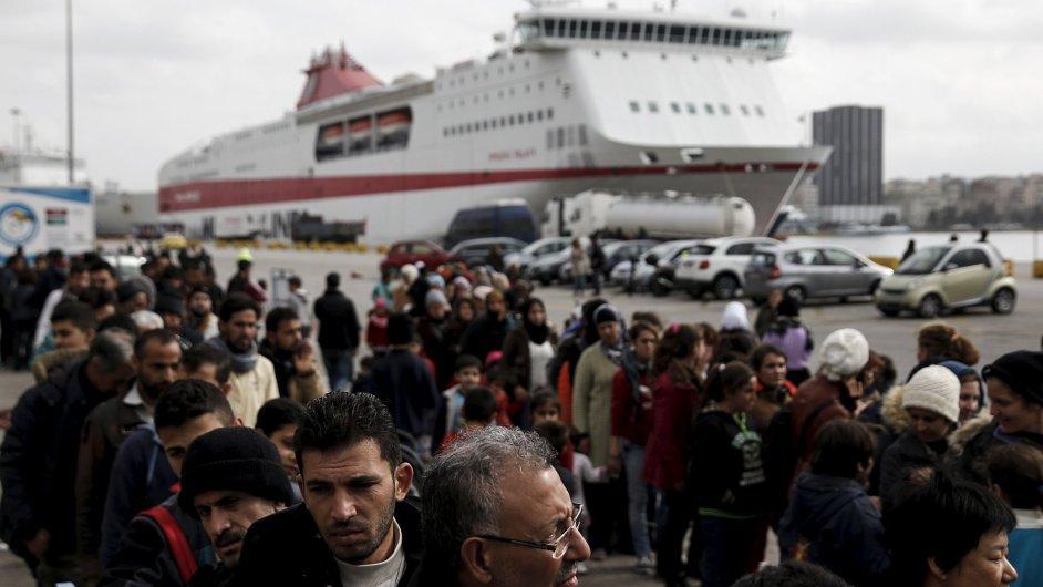 Uprchlíci čekají na příděl jídla poblíž Athén.