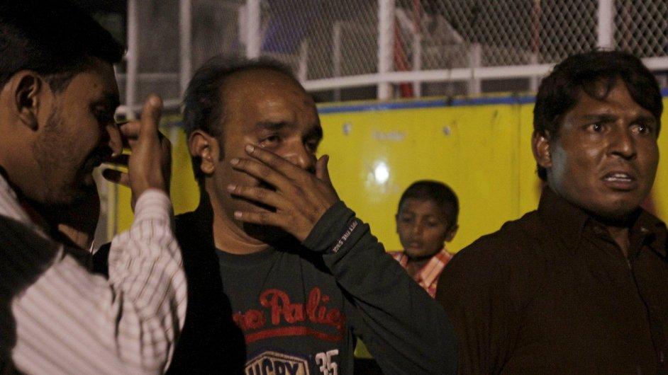 Truchlící muž, jehož příbuzní zahynuli při výbuchu.