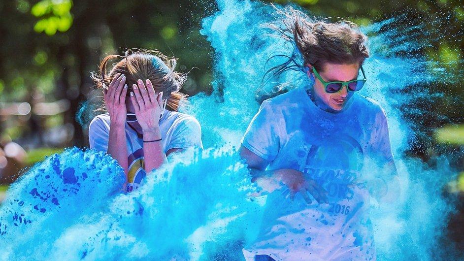 Barevný běh Run in Colors minulý rok v Pardubicích absolvovalo několik tisíc běžců.