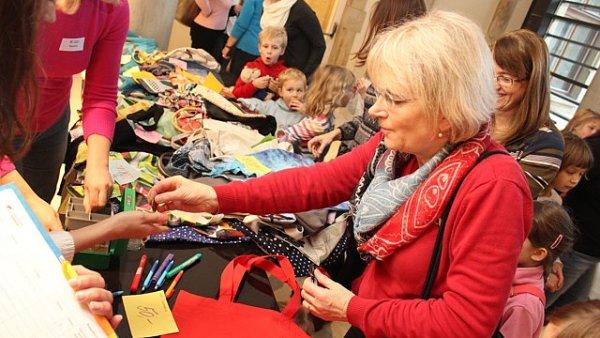 Loňská benefice šitých tašek Centra Kašpar