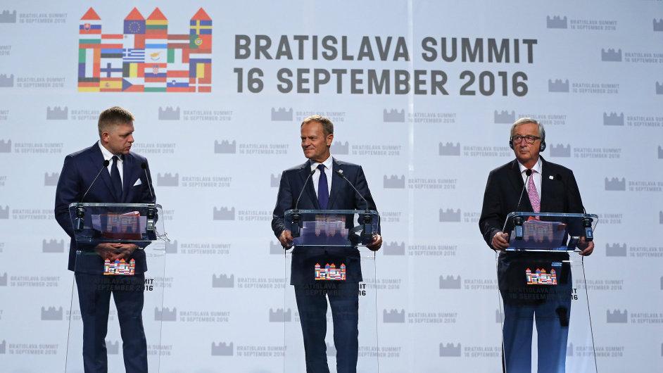 Slovenský premiér Robert Fico, předseda Evropské rady Donald Tusk a předseda Evropské komise Jean-Claude Juncker na tiskové konferenci bratislavského summitu o směřování Evropské unie.