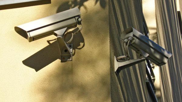 Městské kamerové systémy se zdokonalují a s tím rostou i jejich možnosti pronikání do soukromí. Bez velkých diskusí se cestou stále detailnějšího sledování obyvatel vydala i Praha.