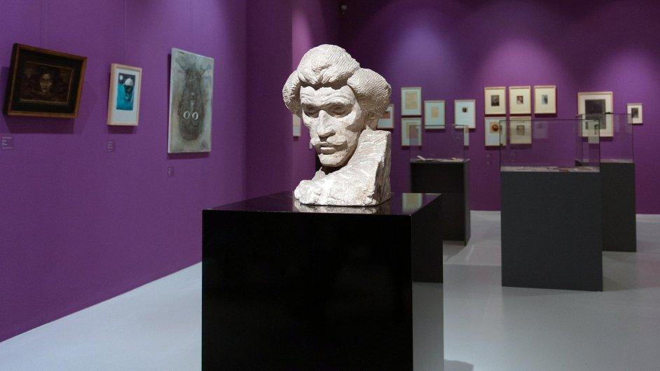 Snímek z výstavy kreseb a rukopisů Karla Hlaváčka. Na fotografii je pískovcová podobizna Karla Hlaváčka od Jana Štursy.