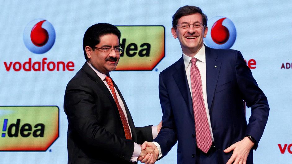 Kumar Mangalam Birla (vlevo) za Idea Cellular a Vittorio Colao za Vodafone sjednali spolupráci operátorů.