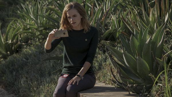 Film The Circle s herečkou Emmou Watsonovou (na snímku) má na srdci tolik, že se nemůže rozhodnout, o čem a jak by chtěl vyprávět.