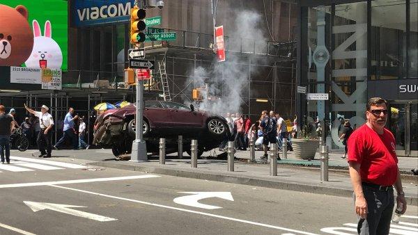 Nejméně jeden člověk zahynul a dalších zhruba deset utrpělo zranění.