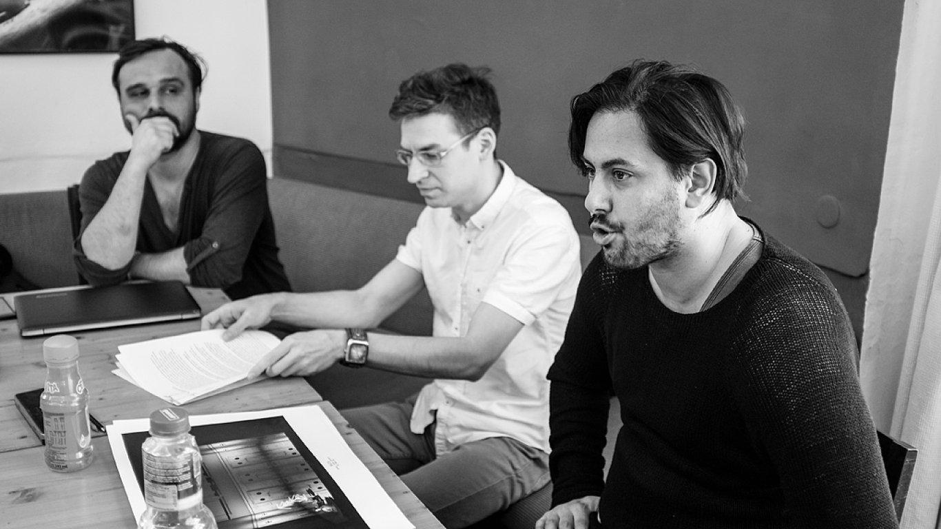 Na snímku ze zkoušek jsou scénograf Jakub Kopecký a režijní duo Skutr, tedy Lukáš Trpišovský a Martin Kukučka.