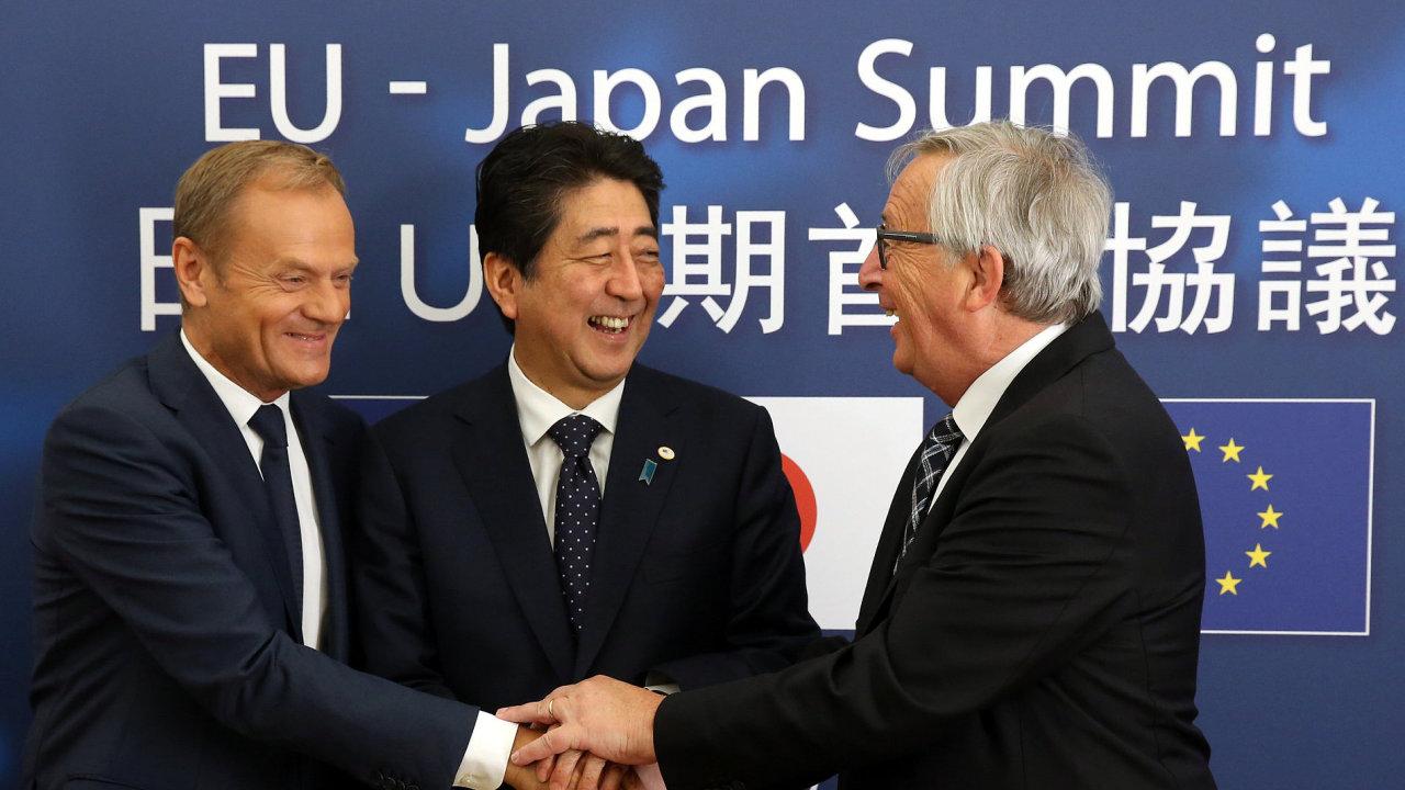 Předseda Evropské rady Donald Tusk, Japonský premiér Šinzó Abe a předseda Evropské komise Jean-Claude Juncker