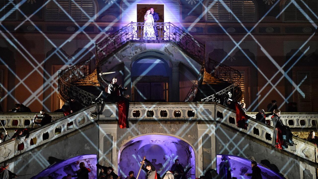 Snímek ze zkoušek inscenace Verdiho opery Trubadúr na otáčivém hledišti v Českém Krumlově.