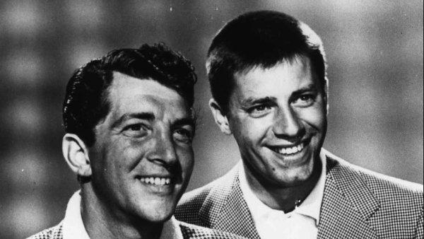 Na snímku ze srpna 1954 pózují Dean Martin (vlevo) a Jerry Lewis. Dva roky nato spolupráci ukončili.