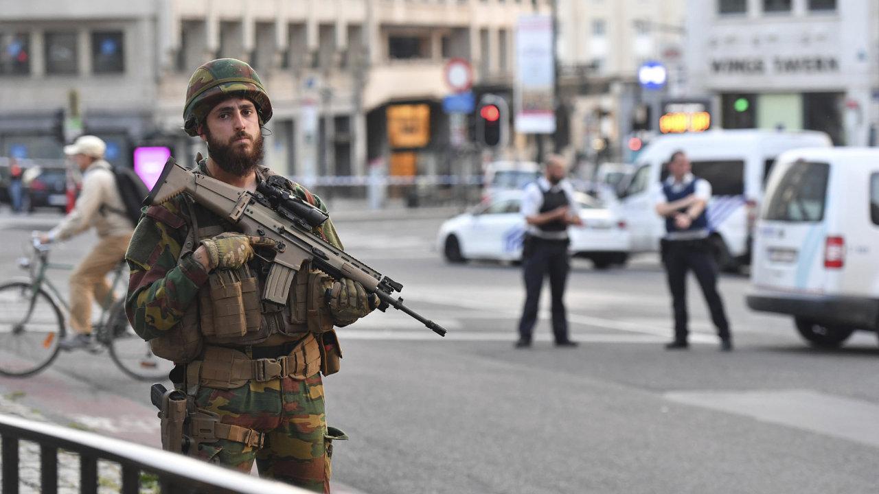 Belgický voják hlídkující poblíž bruselského nádraží.