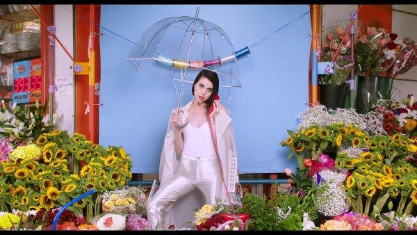 Snímek z videoklipu St. Vincent.