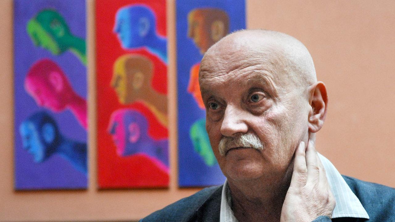 Vposledních letech se natrhu objevila ifalza děl Jiřího Sopka. Nasnímku je umělec před svou originální prací.