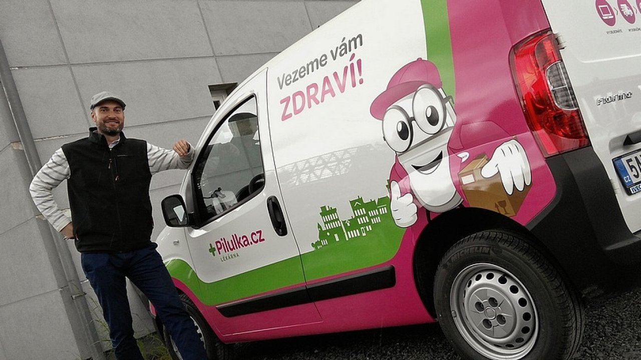 Pilulka spustila po Praze vlastní dopravu zásilek.
