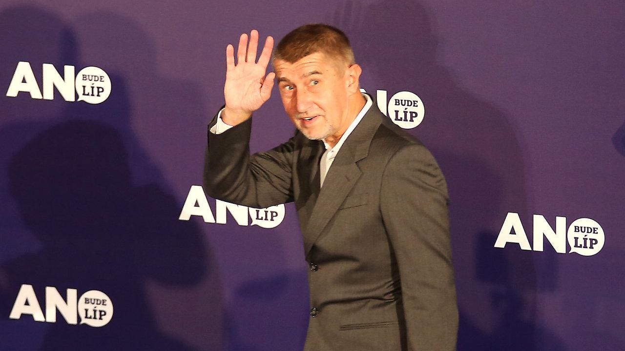 Andrej Babiš přichází na tiskovou konferenci.