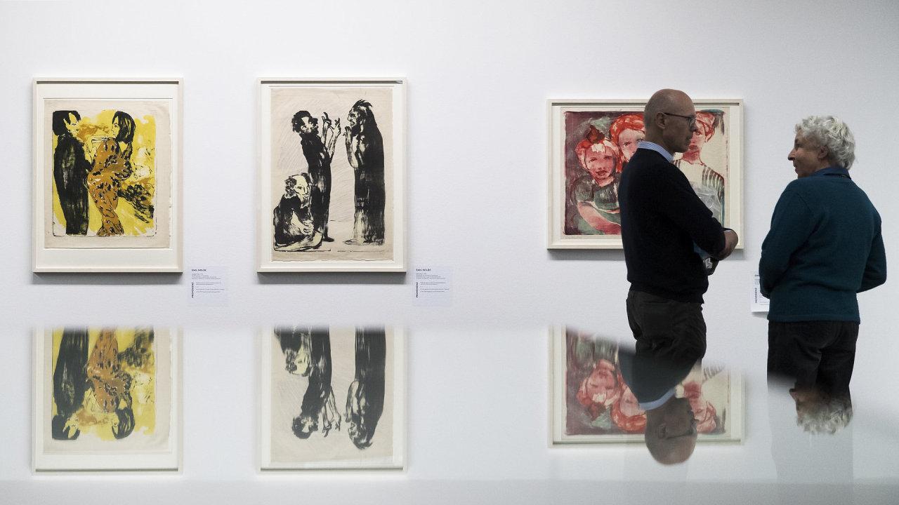 Na snímku z výstavy v Bernu jsou malby Junges Paar a Diskussion od německého výtvarníka Emila Noldeho.