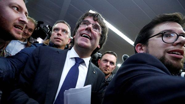 Podle soudu Puigdemont a exministři projevili vůli vrátit se do Španělska.