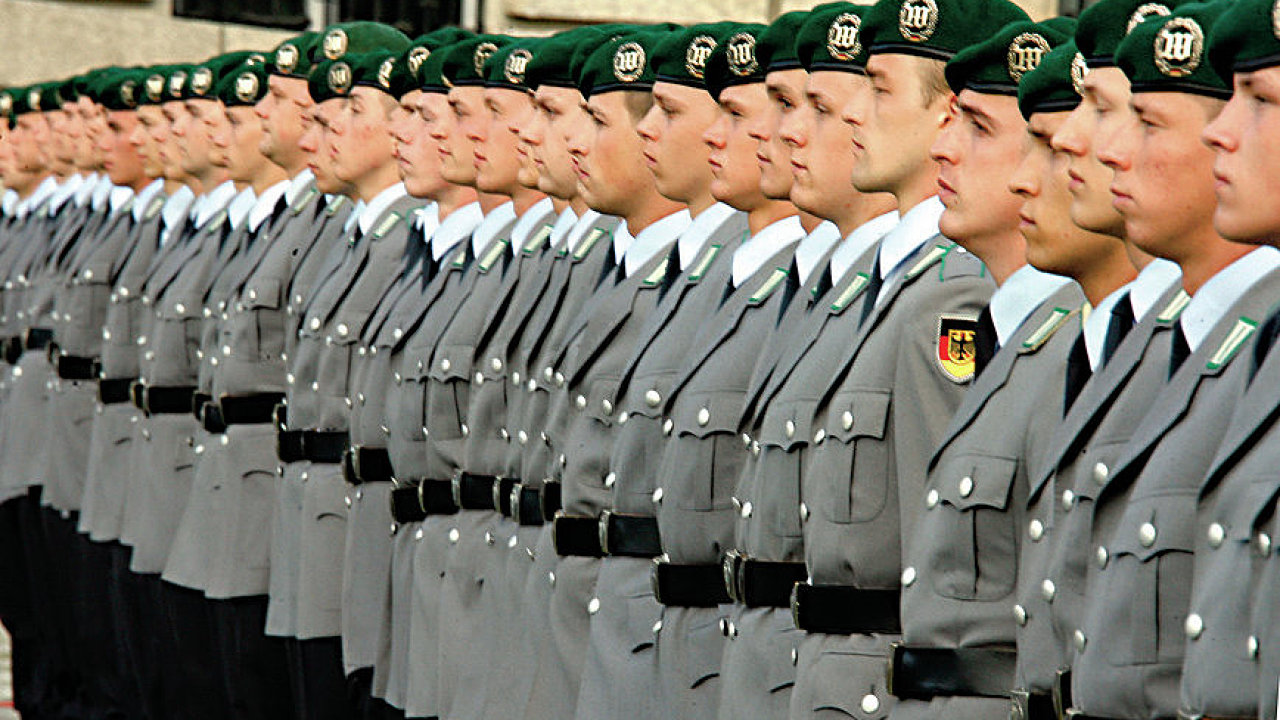 (dpa file) A file picture dated 20 July 2009 shows Bundeswehr recruits at a pledge ceremony in BerlinNot available for license to or for use in Serbia. For multi-territory license please contact your
