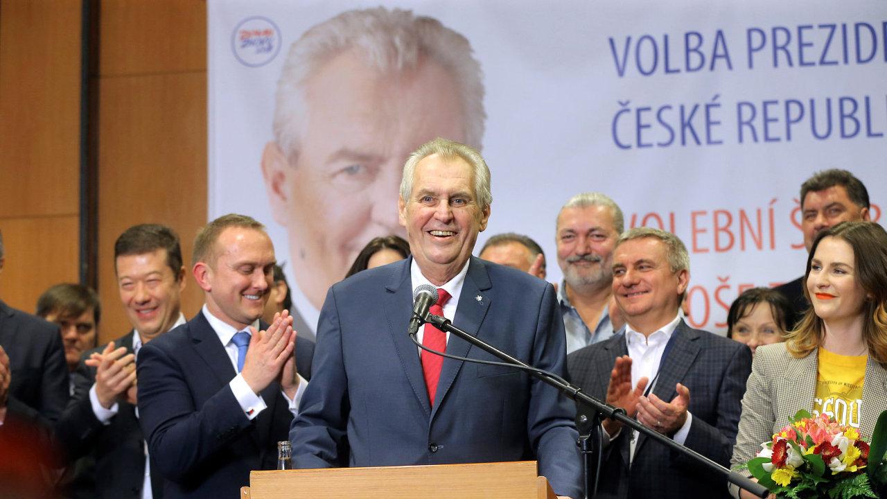 Miloš Zeman po oznámení výsledků prezidentské volby děkoval svým podporovatelům, rodině i voličům.