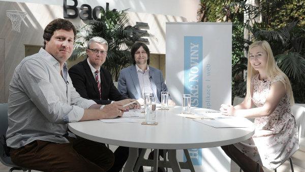 U Kulatého stolu HN diskutovali (zleva): Bohumil Havel, Karel Havlíček aJan Jelínek. Diskusi moderovala Jana Niedermeierová z Hospodářských novin.