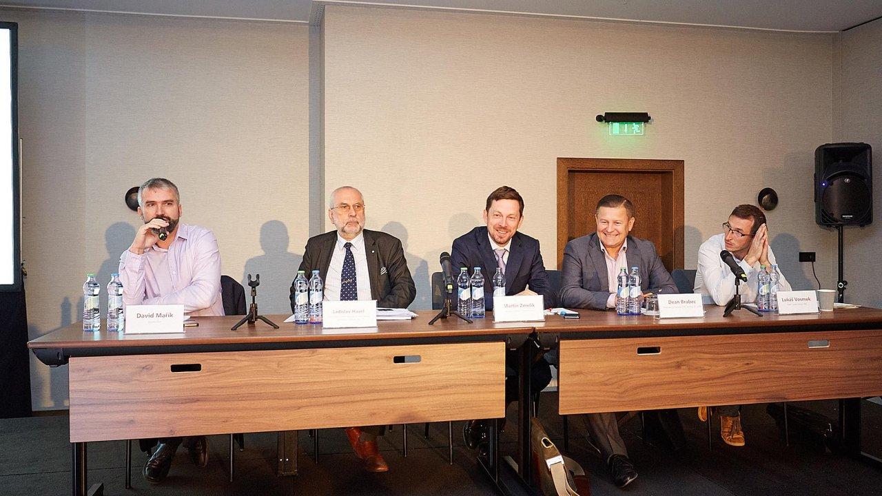 Nakonferenci Digitalizace distribuce včeské energetice promluvili (zprava): Lukáš Vosmek, Dean Brabec, Martin Zmelík a Ladislav Havel. Debatu moderoval David Mařík (vlevo).
