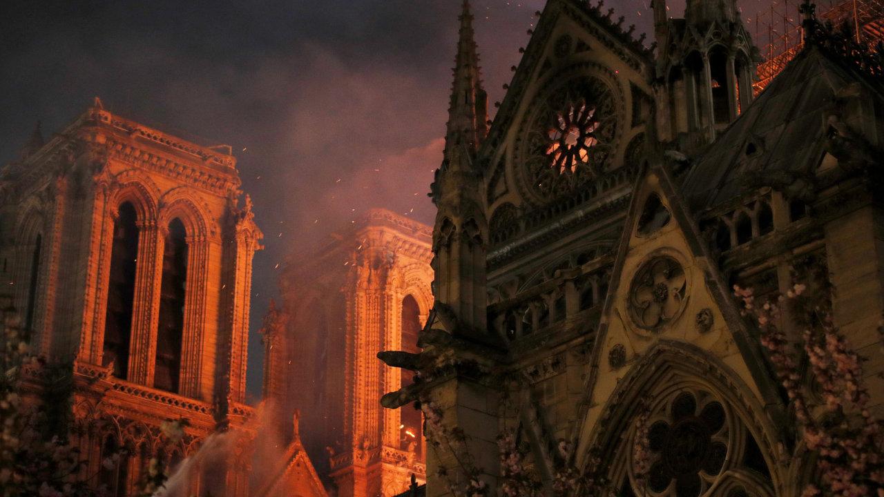 Ve slavné pařížské katedrále Notre-Dame vypukl požár