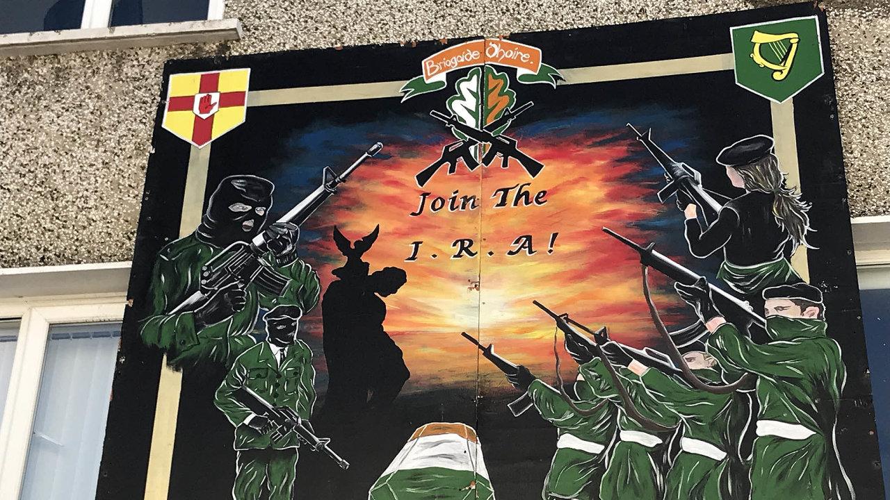 """""""Lidé si musí začít navzájem věřit,"""" říká taxikář Ciaran Carson u zdi oddělující katolickou aprotestantskou část Belfastu. Malby v obou částech jsou stejně militantní, jen nepřítel je ten druhý."""