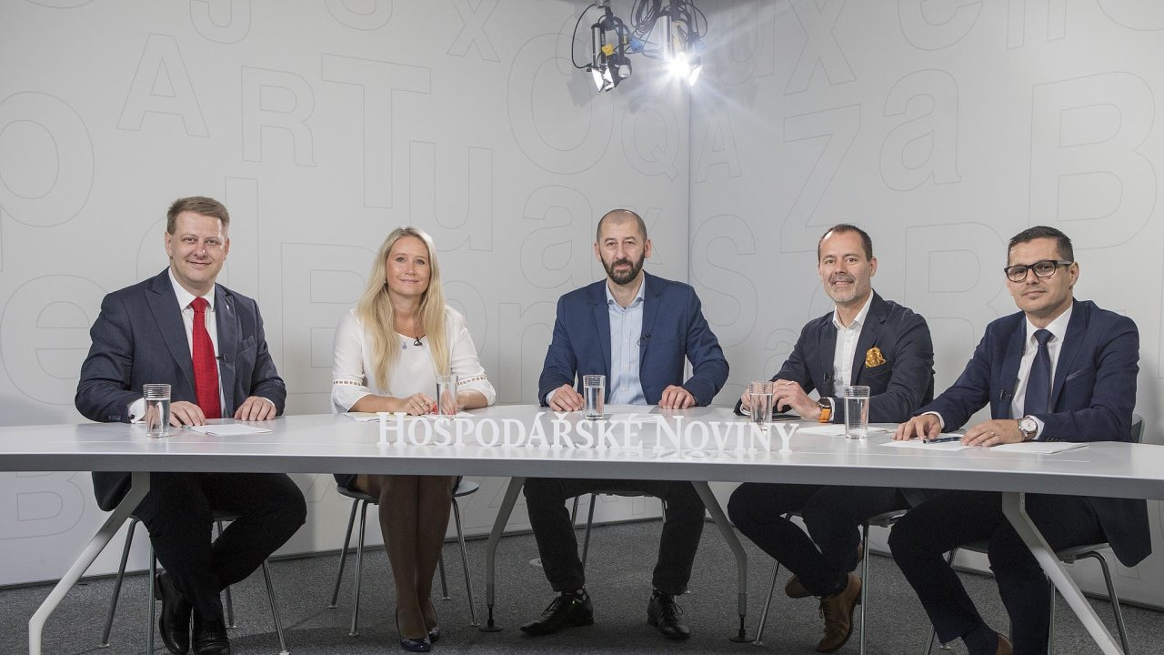 Debata HN (zleva): šéf Svazu obchodu Tomáš Prouza, Michaela Lhotková zČSOB, moderátor a šéfredaktor HN Martin Jašminský, Marcel Gajdoš z firmy Visa a Pavel Vinkler zministerstva průmyslu a obchodu.