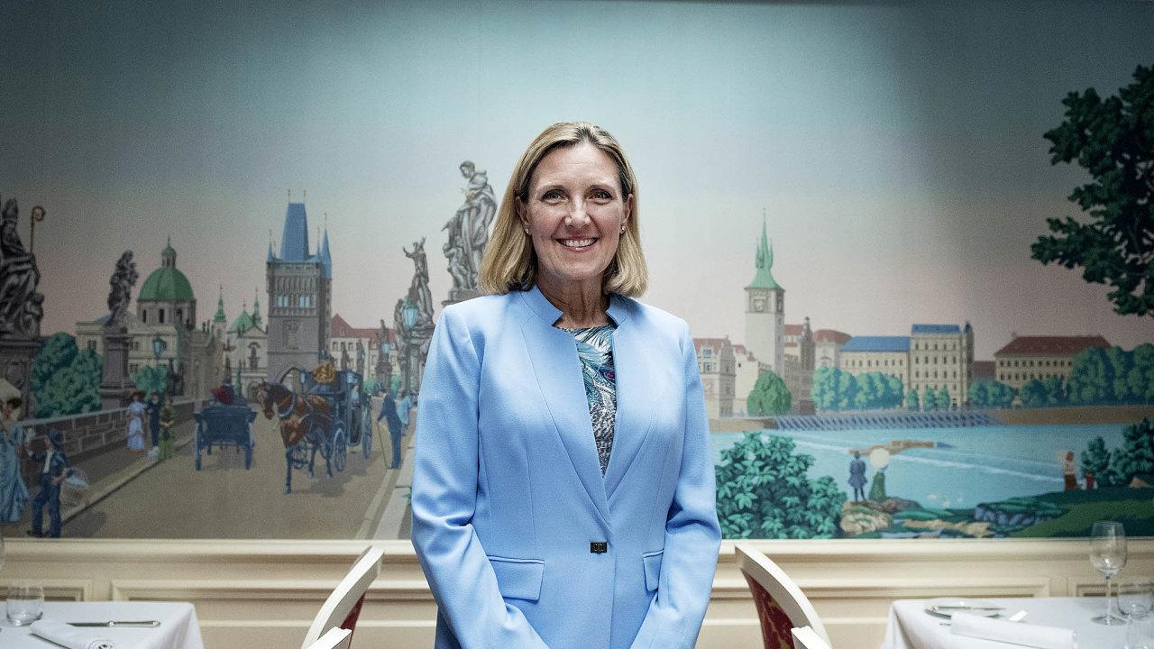 Náměstkyně amerického ministra zahraničí Andrea Thompsonová se snaží obhájit kroky vlády prezidenta Trumpa, které se vEvropě často zdají kontroverzní.