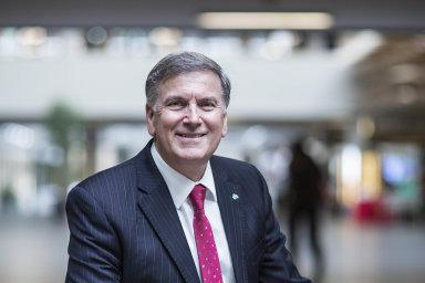 John Arthur Hollows, generální ředitel apředseda představenstva ČSOB (odroku 2014).