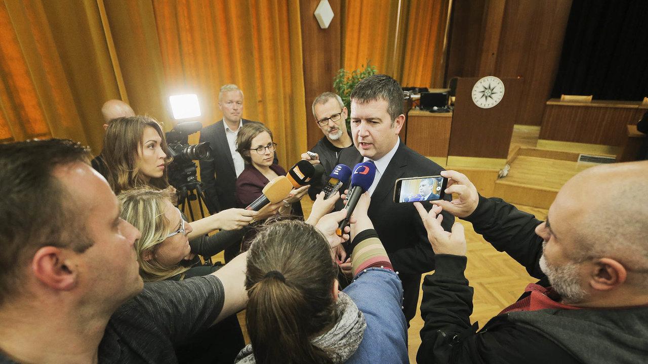 Vláda se zátěží. Předseda ČSSD Jan Hamáček vidí koaliční partnerství sANO kvůli premiérovým potížím jako zátěž, nechce ale udělat místo jiným stranám, nebo dokonce nahrát
