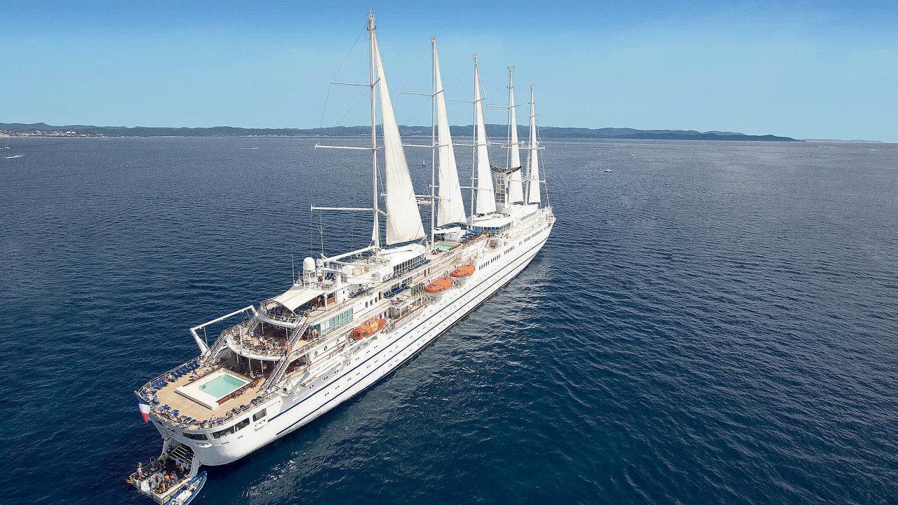 Pětistěžník Club Med 2je největší plachetnicí spřídavným motorem. Dlouhý je téměř 200metrů. Na386 cestujících tu připadá 214 členů posádky.