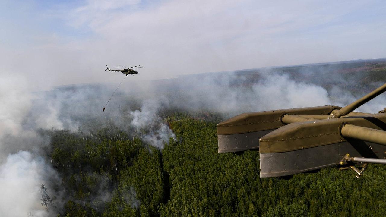 Oheň adým: Požáry zasáhly hlavně území Krasnojarského kraje aIrkutské oblasti. Lidé veměstech bojují soblaky kouře, kvůli kterým se jim hůře dýchá.