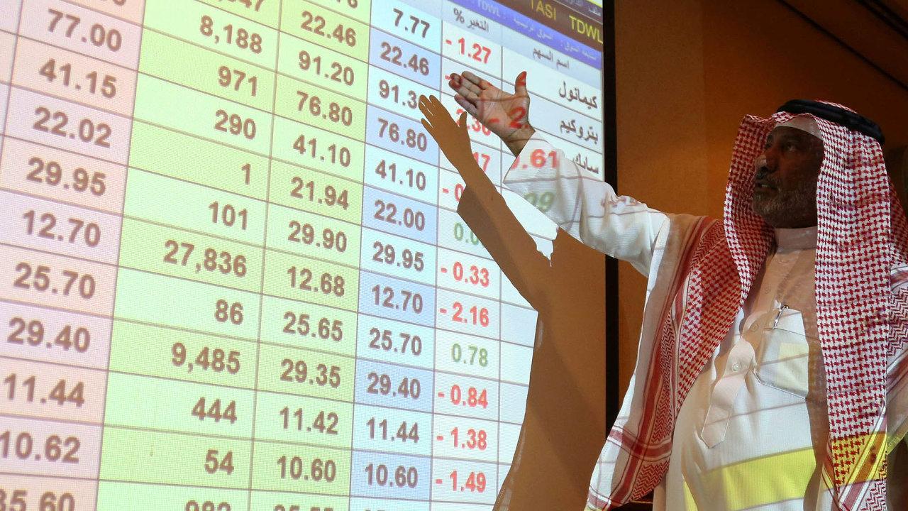 Útoky rozhýbaly akcie. Muž vhlavním saúdskoarabském městě Rijádu ukazuje vbudově ANB Bank pohyby cen akcií klíčových společností.