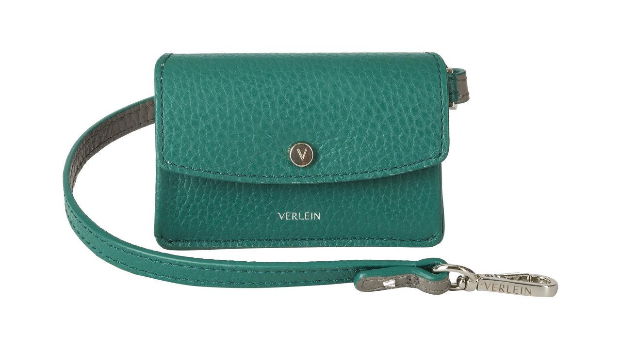 """Značka Verlein představuje první kolekci minimalistických kožených doplňků. Minipeněženka nakarty amince Inéssodnímatelným páskem jezhovězí kůže spovrchem """"pebble grain"""". Cena 2800 Kč, prodává VERLEIN."""