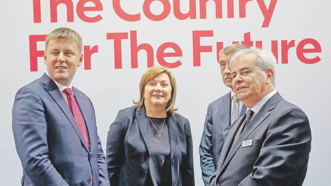 Generální ředitel Veletrhů Brno, a.s. (vpravo) se členy vlády.