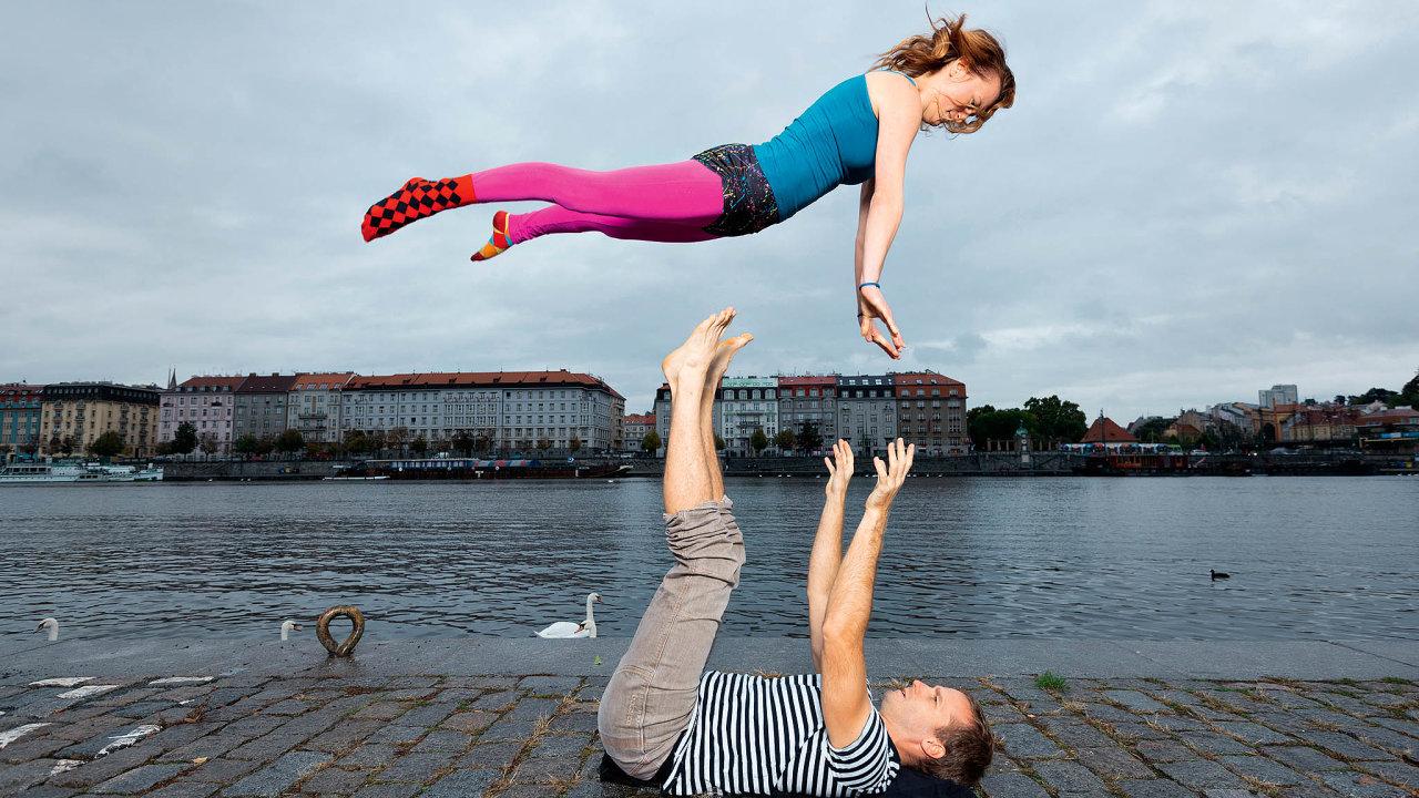 Anežka Rabas a Jan Langer vyučují akrobatickou jógu. Ta se cvičí vedvojících azahrnuje různé zvedací pozice.