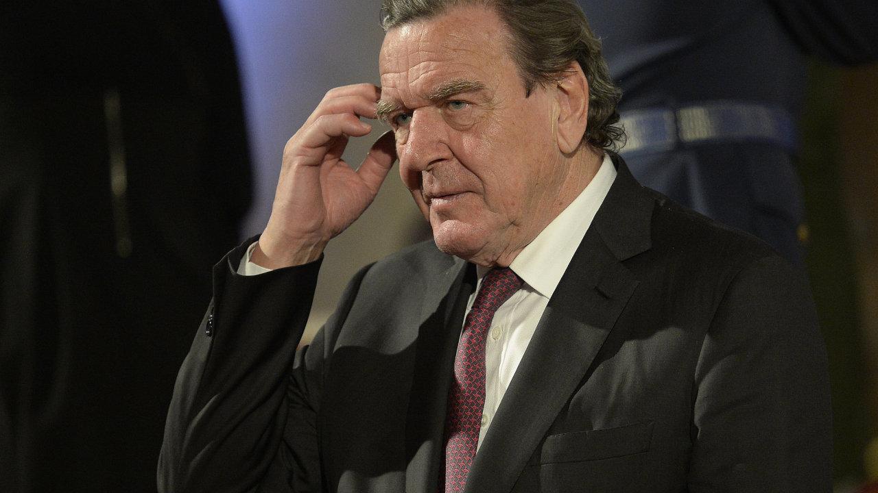 Bývalý německý kancléř Gerhard Schröder při slavnostním ceremoniálu udílení státních vyznamenání.