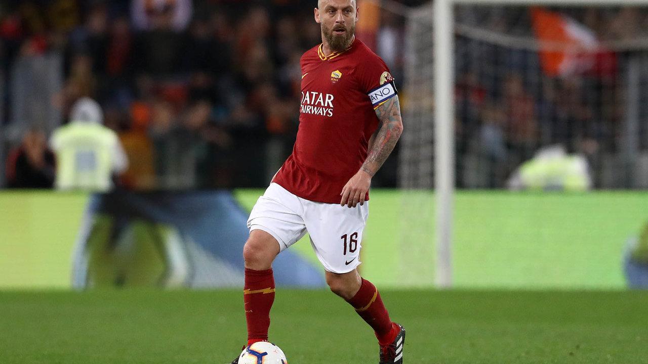 Daniele De Rossi. Univerzální hráč středu pole, který bránil, organizoval hru, přihrával istřílel góly.