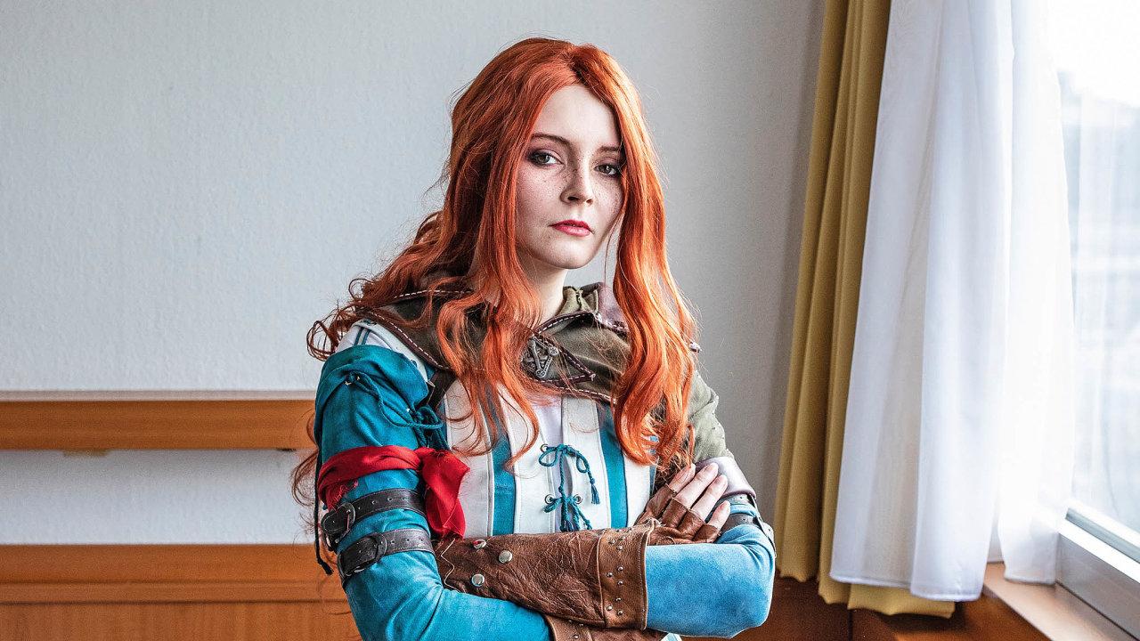 Čarodějka Triss je jednou zhlavních postav fantasy série Zaklínač, který inspiroval Adélu Miklíkovou kvýrobě pěti kostýmů.