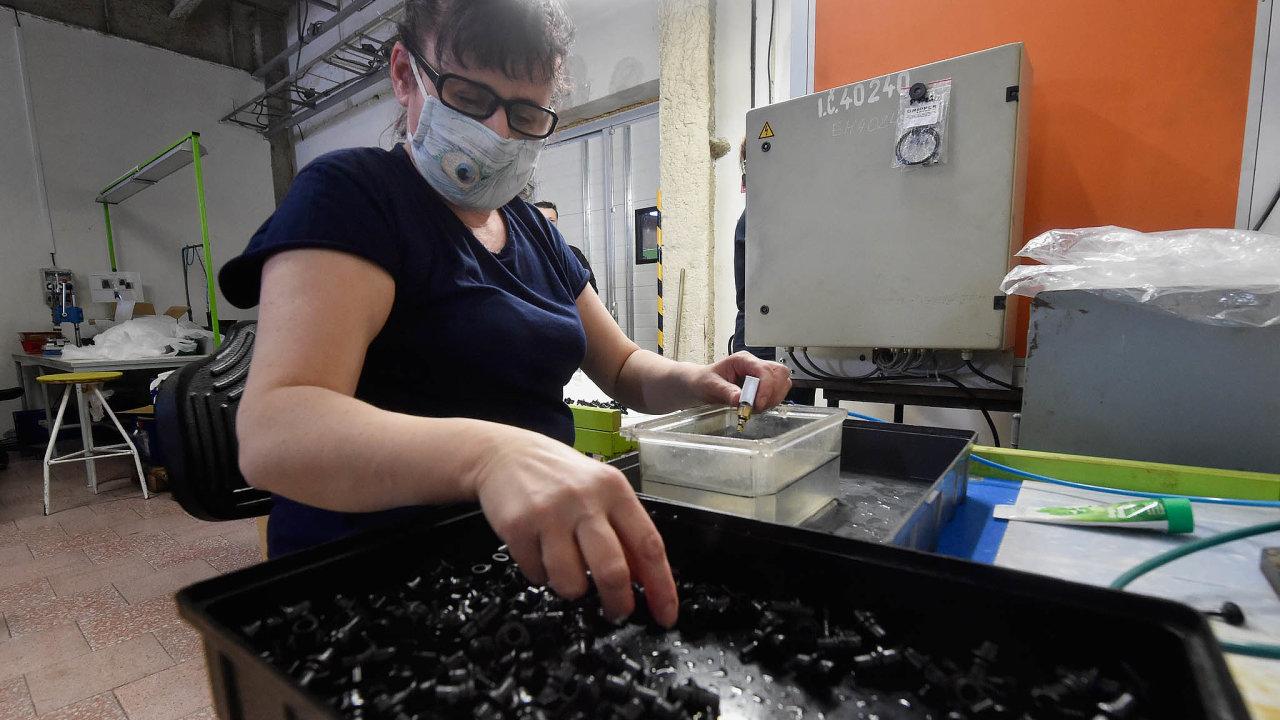 Zaměstnanci z Polska jsou klíčoví i pro společnost PF Plasty. Nyní tam do práce chodí jen několik pracovníků, kteří vyrábí díly pro celoobličejové ochranné masky pro Gumárny Zubří.