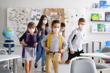 Zaspolužáky, ale bez nich: Návrat doškol má umožnit především socializaci dětí, ty se ale se spolužáky míjí.