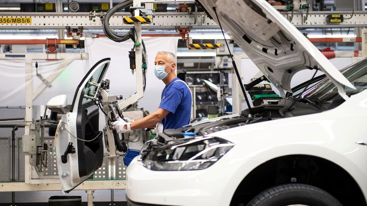 Obnovená výroba v továrně automobilky Volkswagen v německém Wolfsburgu.