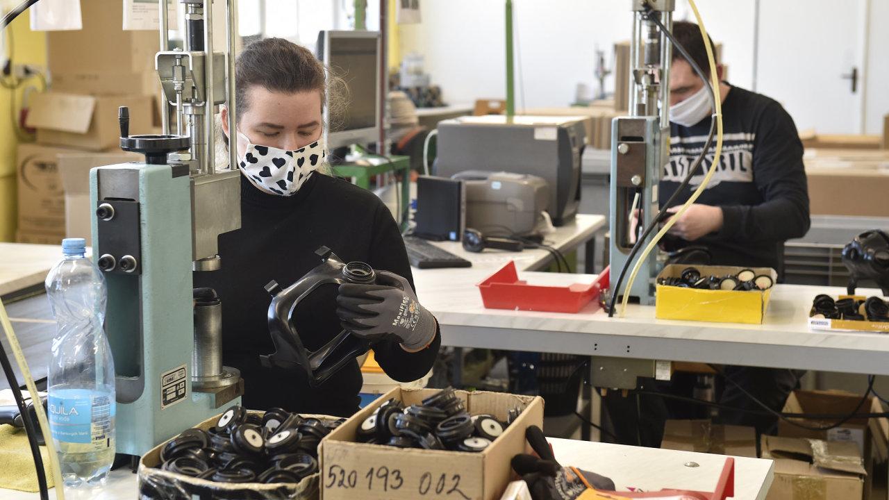 Zaměstnanci Gumáren Zubří montují 2. dubna 2020 civilní masky CM-6.