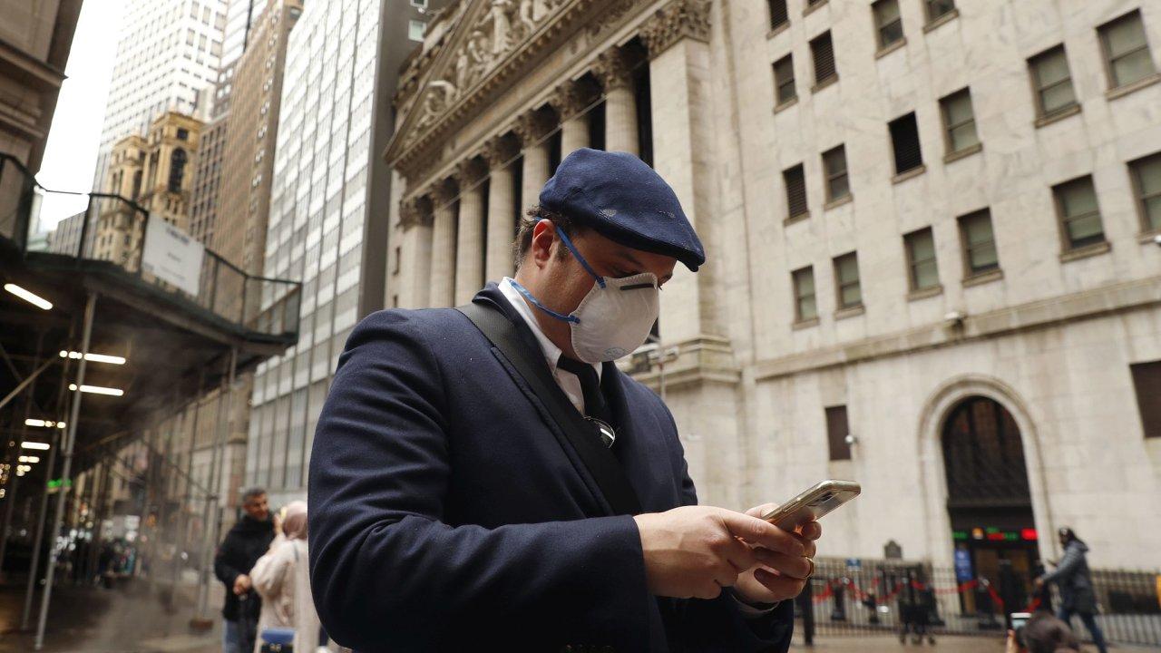 Americké akcie prudce klesly kvůli ztrátě nadějí na rychlé oživení ekonomiky po koronavirové krizi.