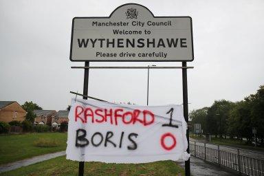 Fotbalista Marcus Rashford zahájil kampaň, díky které byl britský premiér Boris Johnson donucen změnit vládní rozhodnutí.