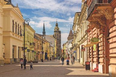 Zaprozkoumání stojí také úzké uličky kolem hlavního náměstí, obzvláště malebná je Hrnčířská ulička plná různých řemeslných krámků.