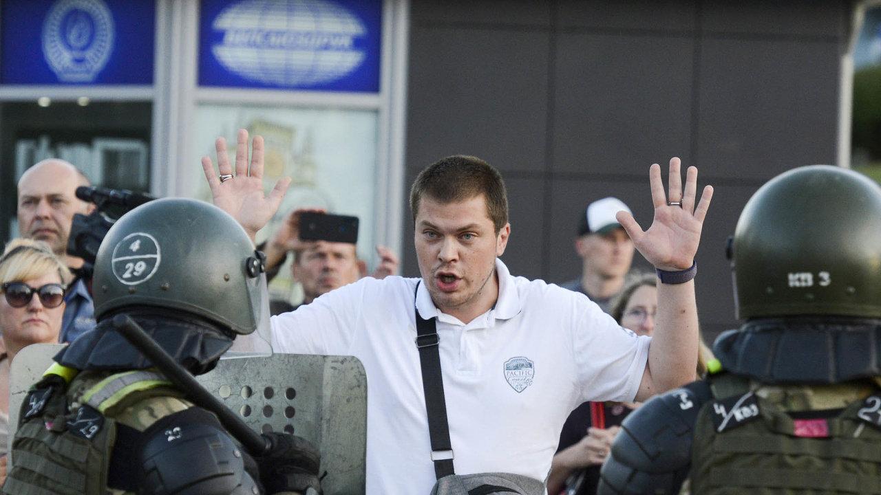 Protesty neutichají. Policisté zatýkají demonstranty vcentru Minsku během úterních protestů. Lidé ale přicházejí protestovat znovu.