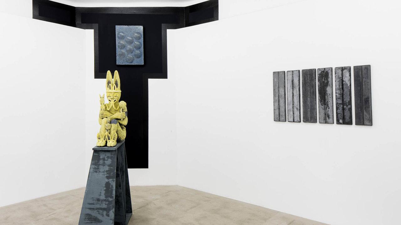 Pohled doinstalace výstavyCapricious Swirl: Sharon Van Overmeiren aJef Meyer vDrdova Gallery, červenec–srpen 2020