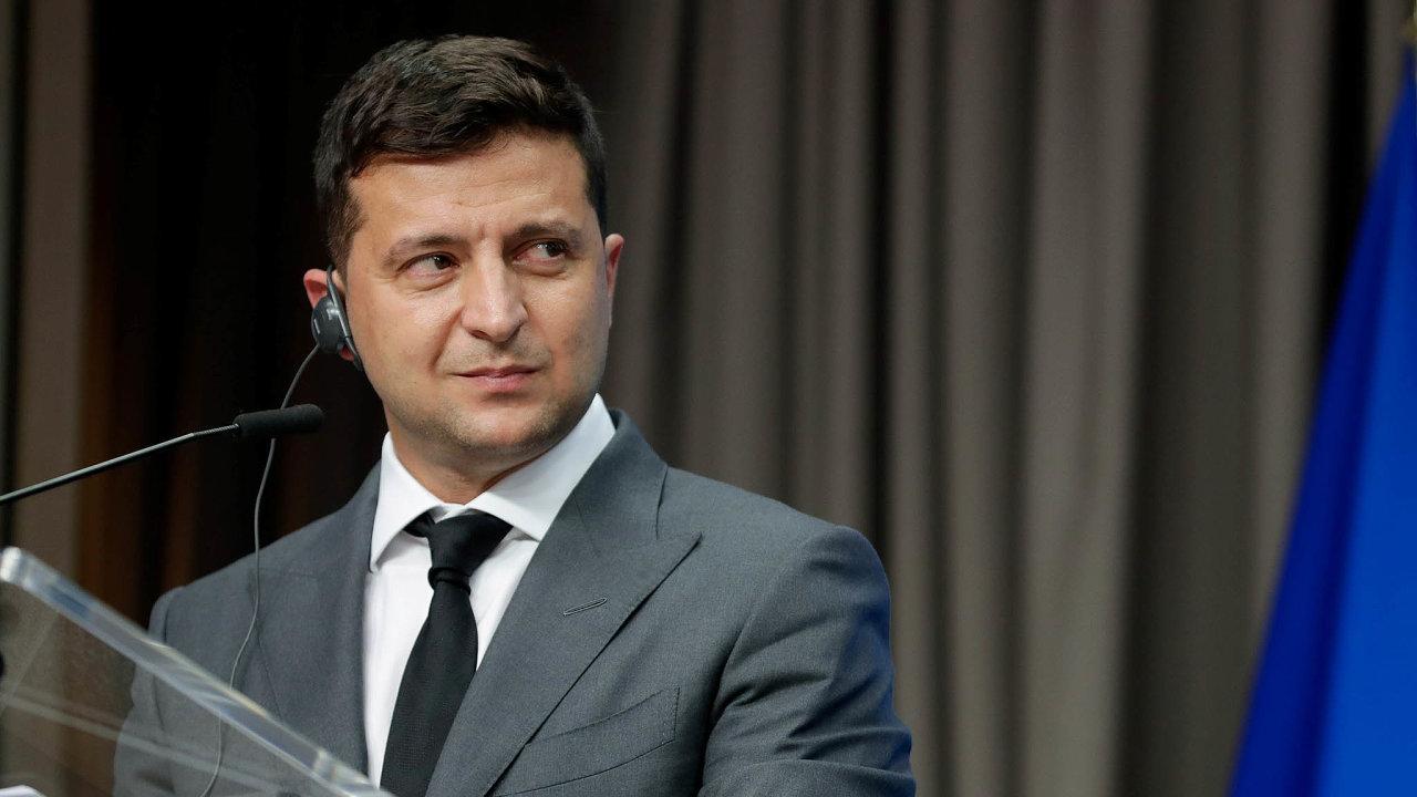 NaUkrajině naplno propukl mocenský zápas mezi prezidentem Volodymyrem Zelenským aÚstavním soudem.